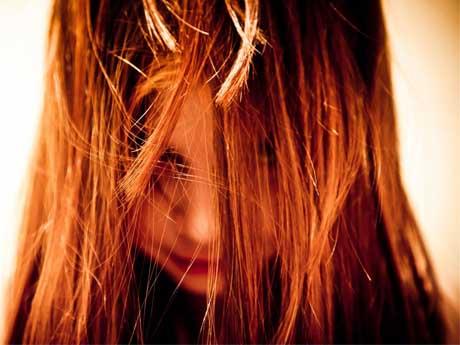 دختر با موهای پریشون