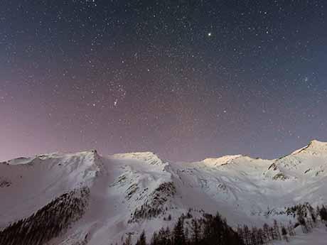 والپیپر کوهستان برفی و شب پر ستاره