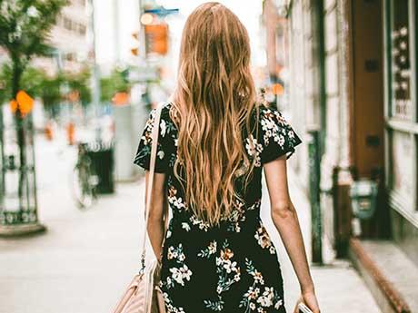 والپیپر دخترانه | دختر زیبا با موهای بلند