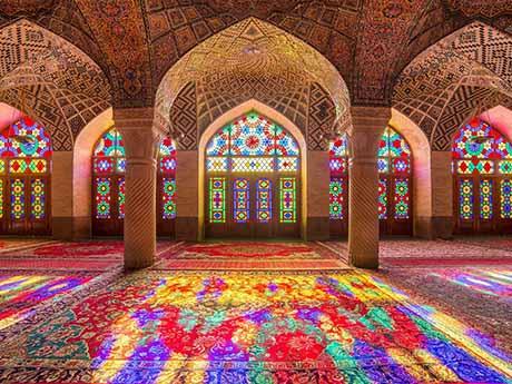 دانلود والپیپر نمای زیبا از پنجره های رنگی مسجد نصیر الملک