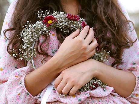 والپیپر دخترانه | بغل کردن دسته گل