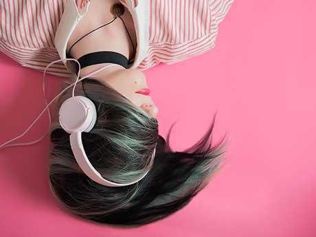 والپیپر دخترونه گوش دادن به موزیک