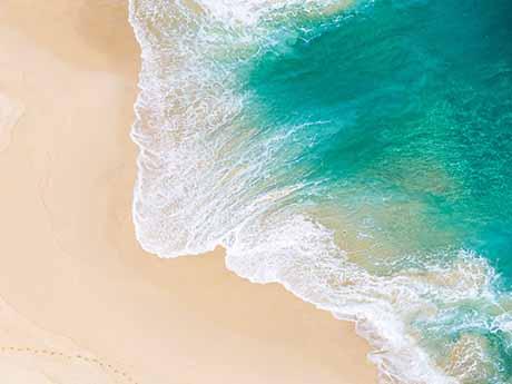 والپیپر زیبا تصویر موج دریا به سمت ساحل