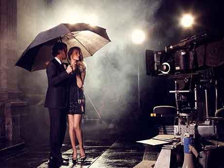 تصویر بارانی و عاشقانه کلاسیک زیر چتر