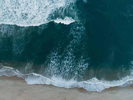 تصویر زیبای موج دریا در ساحل