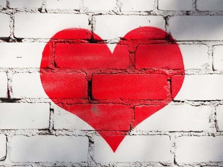نقاشی قلب روی دیوار