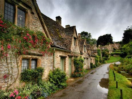 منظره بارانی زیبا یک روستا